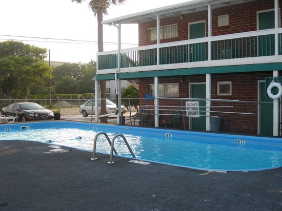 Atlantic View Motel: view from the corner room I spoke of with side parking near room