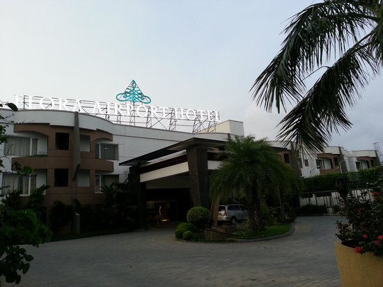 Flora Airport Hotel: Front view of the Hotel