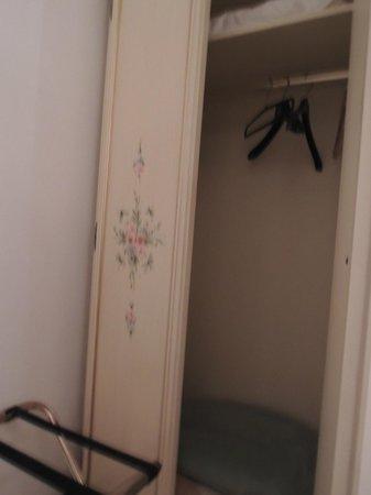 Hotel Guerrini: 衣櫃