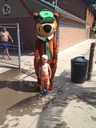 ‪‪Yogi Bear's Jellystone Park‬: Visiting with Yogi at the pool!‬