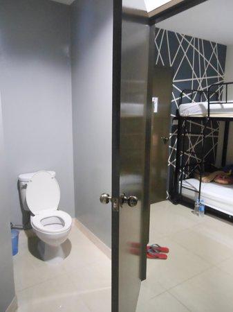 Link Corner Hostel Bangkok: ensuite toilet