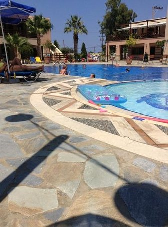 Omega Platanias Hotel Village: Kids playing at the pool.