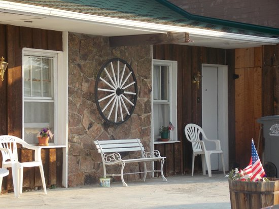 Black Bear Inn: Front porch area off rooms