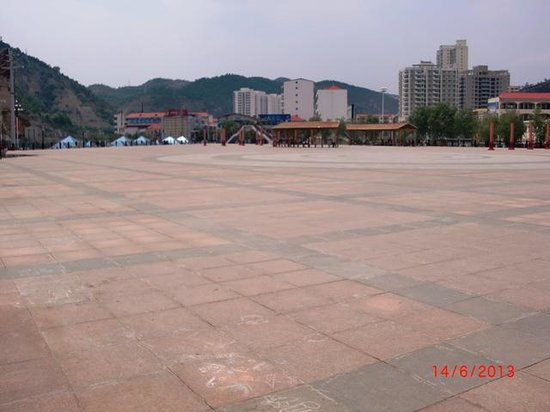 Ansai County, Chine : A new town square - not so dusty for drum dancing