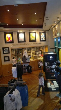 Hard Rock Cafe: Entrance and to Gift Shop Area