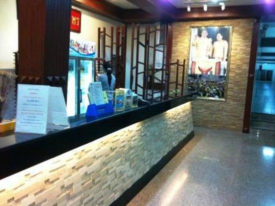 Sri Chumphon Hotel: reception inside