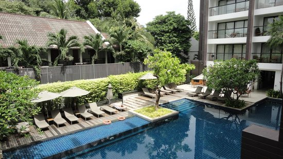 Woodlands Suites Hotel: Pool view from balcony