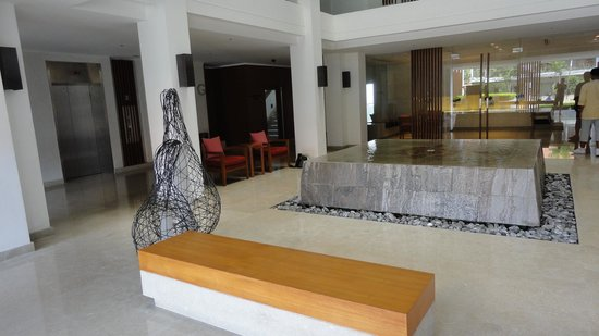 Woodlands Suites Hotel: Reception Area