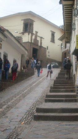 Plaza de las Nazarenas: Inicio de Cuesta del Almirante en Plaza de Armas, al lado de la Catedral - Al fondo Museo Inka