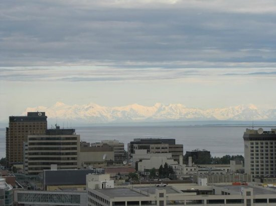 Sheraton Anchorage Hotel: View from 15 floor - the city and the mountains across the inlet