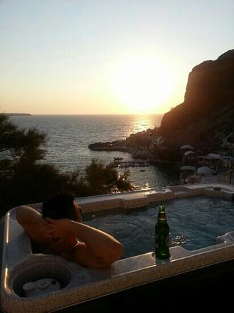 Amoudi Villas: private jacuzzi in the honeymoon suite with sunet view