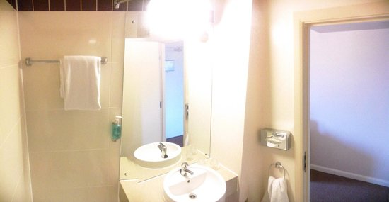 Jurys Inn Sheffield: panoramic view of the toillet, from bathtub.