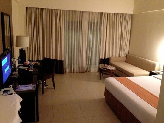 Taal Vista Hotel: spacious room with balcony overlooking Taal lake and volcano