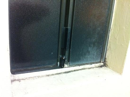 Acacia Inn : Restroom window