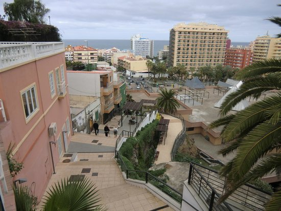 Apartamentos Casablanca: Вид на лестницу ведущую с холма от отеля