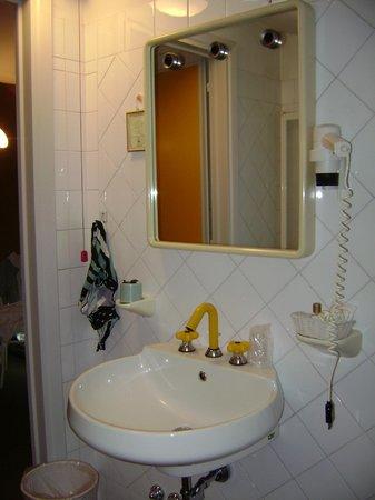 specchio senza faretti e phon senza presa in bagno - Foto di Grand ...