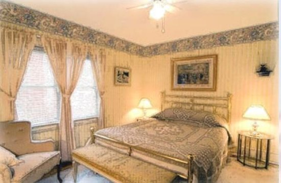 A Fool's Paradise Bed & Breakfast : This bedroom has an e suite bathroom.