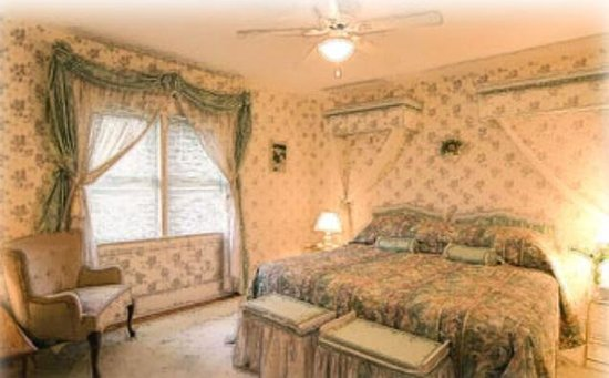 A Fool's Paradise Bed & Breakfast : This bedroom shares a bathroom with another.