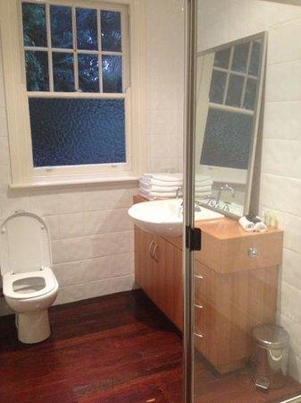 Lochiel Luxury Accommodation: Main bathroom 4 bedroom cottage