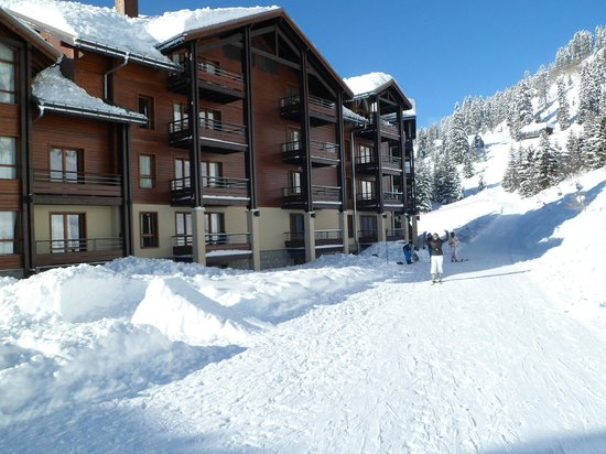 Apartamentos Pierre & Vacances Premium Les Terrasses d'Eos: Skipiste achterzijde complex