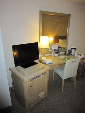 Quintessa Hotel Sasebo: SONY22型TV(小さ過ぎる)