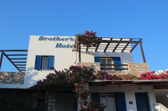 Brothers Hotel: On aperçoit l'hotel en venant du port (à 800 m du port)