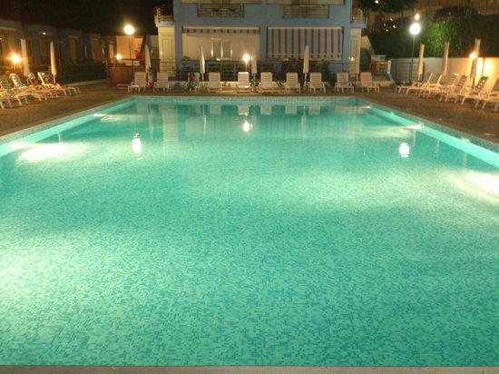 Residence Soleluna: piscina di sera