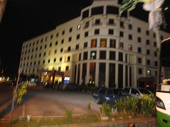 The Aston Hotel Putra Nilai : Hotel in the Evening