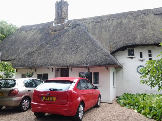 The Old Farmhouse : Fornt Parking Area
