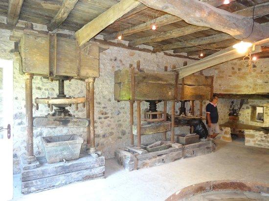 Le Moulin des Fumades : le vieux moulin d'huile de noix