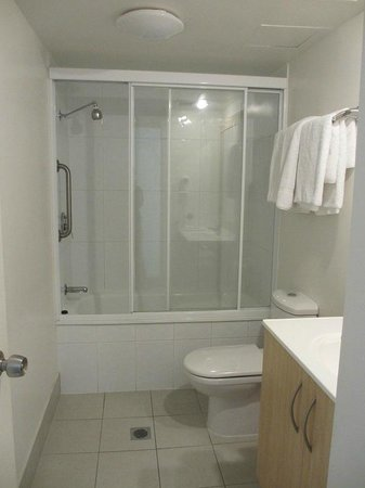 Sandy Point Beach Resort: Main bathroom (2 bedroom apartment)