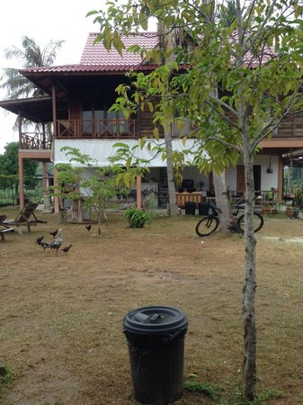 Soluna Guest House: View from the rooms to the common area.