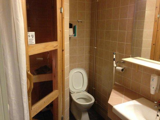 Lapland Hotel Sirkantahti: Bathroom and sauna in room 6