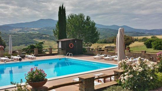 Podere del Vescovo: Swimming pool and scenic view
