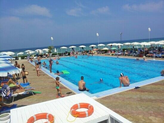 La splendida piscina foto di coco beach club polignano for Piscina wspace bari