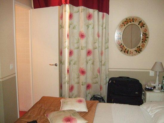 Hotel Residence Quintinie: Blick aufs Bett und zur Badezimmertür von der Essecke