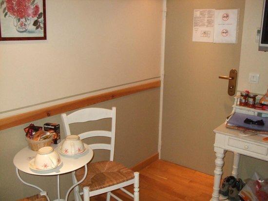Hotel Residence Quintinie: Blick vom Bett auf Essecke und Zimmertür