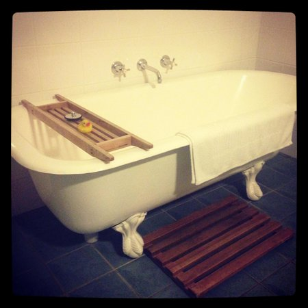 Huskisson Bed and Breakfast: Beautiful vintage bath with heated tiles!