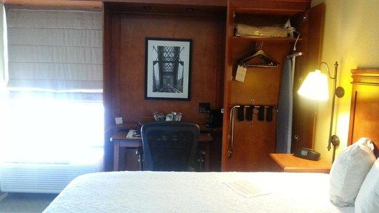 Hampton Inn Memphis-Poplar : armoire and desk area