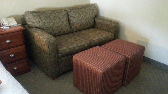 Hampton Inn Memphis-Poplar : sofa seating area