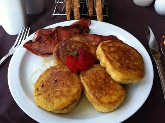 Rivendell Guest House: Excellent homemade pancakes with bacon and maple syrup!