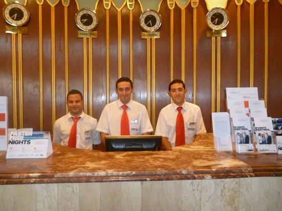 Parrotel Aqua Park: Staff Reception