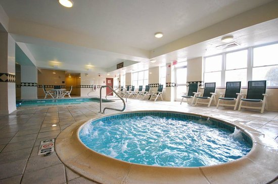 Comfort Inn & Suites Near Burke Mountain: Relaxing hot tub