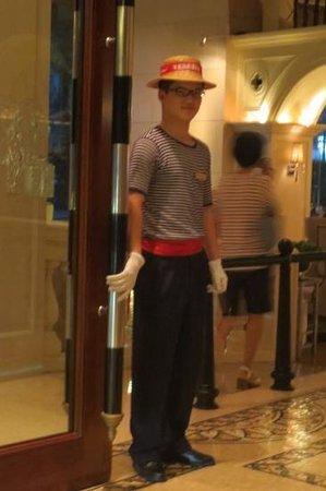 The Venice Raytour Hotel Shenzhen: Chinese Gondolier