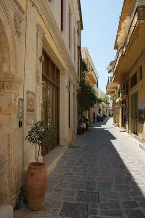 Casa Moazzo Suites & Apartments: La rue à la sortie de l'hotel juin 2013