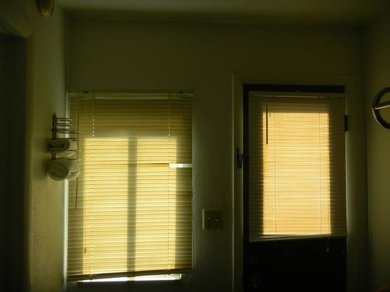 Budget Host Exit 254 Inn: blinds dusty, dirty and broken