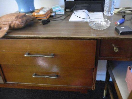 Budget Host Exit 254 Inn : burn marks all over the dresser