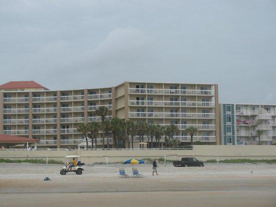 Holiday Inn Hotel & Suites Daytona Beach: Hotel view from beach