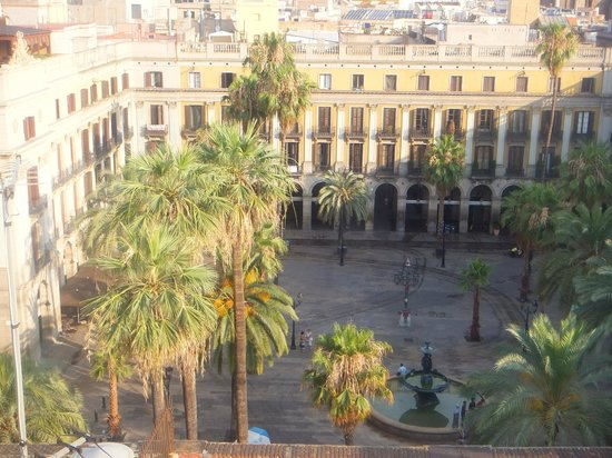 DestinationBCN Apartment Suites: View over Placa Reial