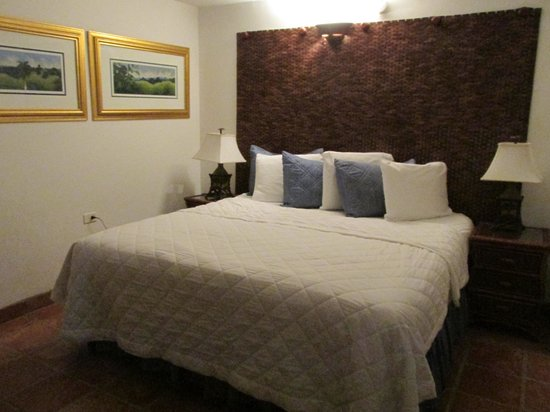 Acacia Boutique Hotel: Well decorated and comfy bed...pillows need update